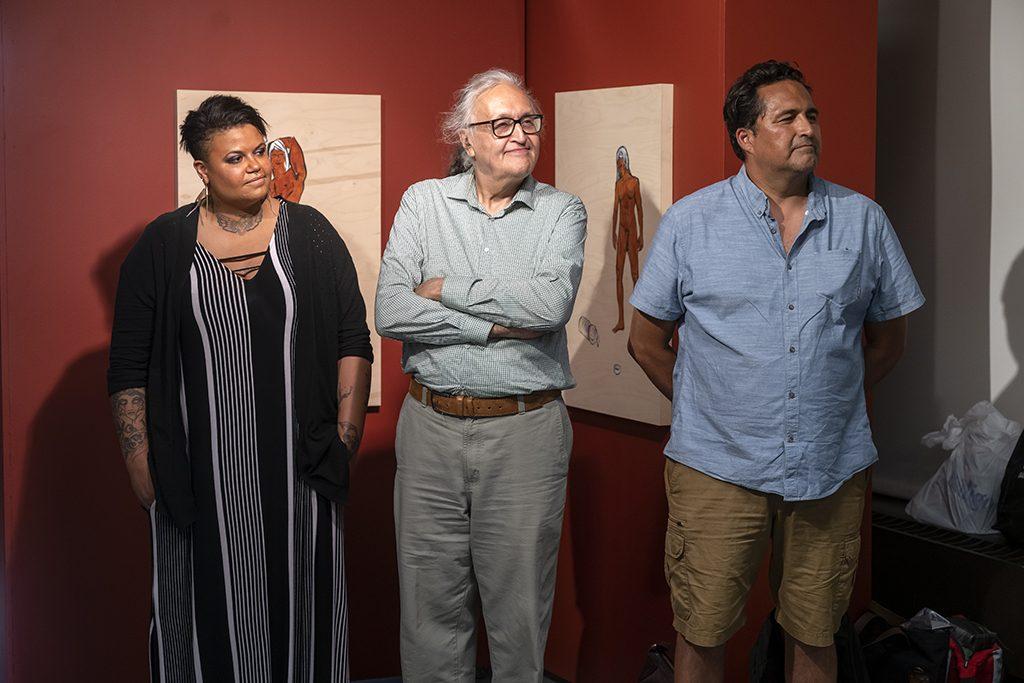 De gauche à droite : Félicia Tremblay (Fierté Montréal 2019), André Dudemaine (Présence autochtone 2019), Adrian Stimson (artiste). Photo : Guy L'Heureux