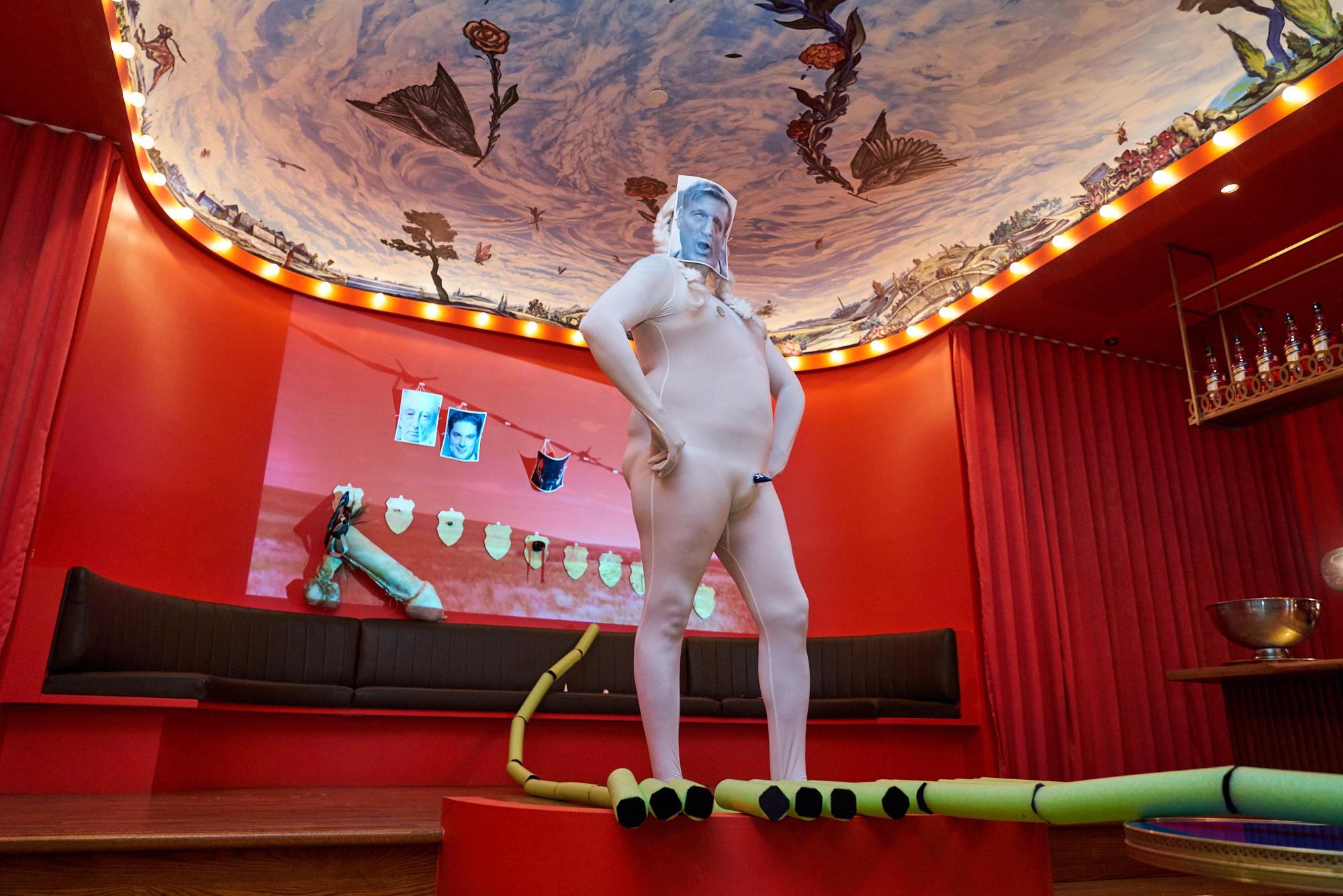 Adrian Stimson. Naked Napi Big Game Hunter, 2019. Performance au Cabaret Vol de nuit, 14 rue Prince-Arthur Est, Montréal. Photo : Betty Bogaert
