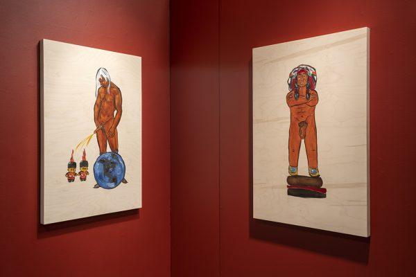 """À gauche : Adrian Stimson. Naked Napi and the Pipeline from Naked Napi's Contemporary Life, 2018. Graphite et huile sur panneau de bouleau. 36"""" x 24"""" x 1/2"""" (91 x 61 x 1 cm) ; À droite : Adrian Stimson. Naked Napi as Cigar store Indian from Naked Napi's Contemporary Life, 2018. Graphite et huile sur panneau de bouleau. 36"""" x 24"""" x 1/2"""" (91 x 61 x 1 cm)"""
