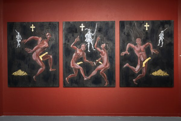 """Adrian Stimson. Naked Napi's Columbus and the gilded cocks, 2019. Acrylique, huile et feuille d'or 24 carats, triptyque de bouleau. 60"""" x 48"""" x 1 5/8"""" (35 x 28 x 4 cm)"""