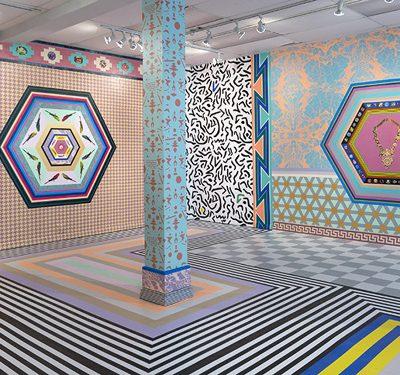 Pimping Up, 2015, à la Odd gallery, Dawson City, Yukon. Installation de papier sérigraphié, 574 x 430 x 454 cm