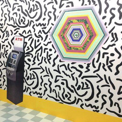 Trois Mouvements de retrait pour un ATM, 2015, à la Galerie Néon, Lyon, France. Commissaires: Marthe Carrier et Chloé Grondeau. Installation de papier sérigraphié, 654 x 560 x 856 cm. Photographie: Anne Simmonot