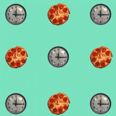 John Baldessari, « Clock/Pizza – Turquoise », 2015, papier peint. ©Maharam