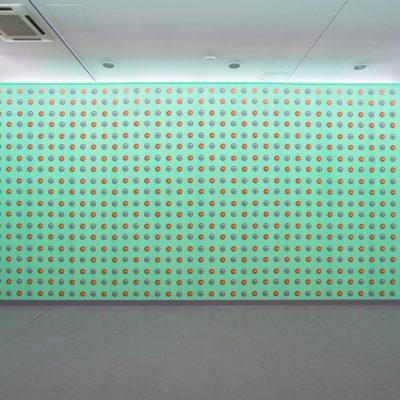 John Baldessari, « Clock/Pizza – Turquoise », 2015, papier peint. Vue de l'exposition PIZZA IS GOD, NRW-Forum Düsseldorf. Photo: Paul Barsch, 2018