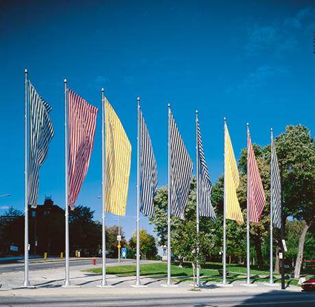 Daniel Buren, Neuf couleurs au vent, 1984-1995. Coin Sherbrooke et Parc Lafontaine, Montréal. Collection d'art public de la Ville de Montréal. Photo : Guy L'Heureux