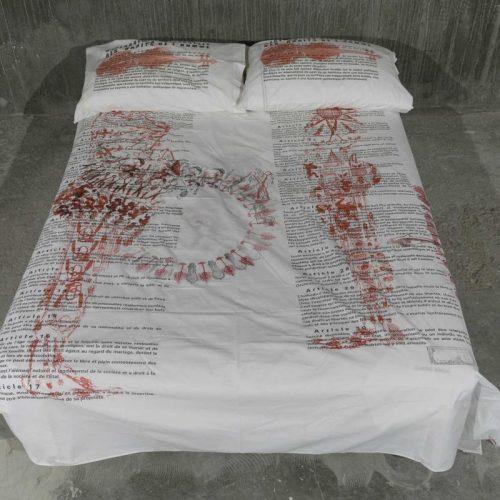 Déclaration des droits de l'homme, 2001.  Impression sur draps et taies d'oreiller.  Drap : 86 ½'' x 82 ½'' (222 x 210 cm) Taies d'oreiller : 2 (19 ½'' x 31 ½''), 2 (50 x 80 cm).  © Guy L'Heureux
